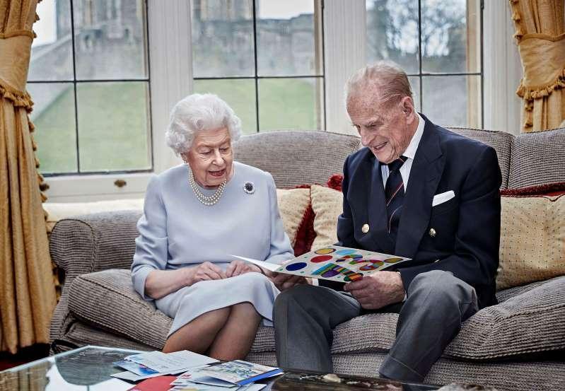 ملکه بریتانیا واکسن کرونا می زند تا مردم انگلیس هم بزنند